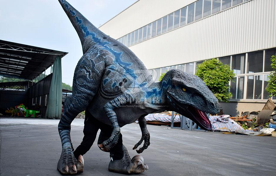 演员穿上道具扮恐龙